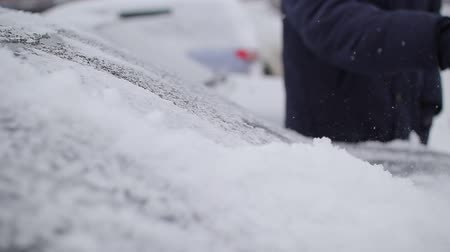 süpürge : man cleans the car from snow with a brush Stok Video