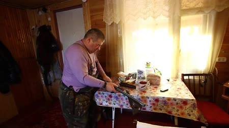 A man is preparing a gun for hunting Stock mozgókép