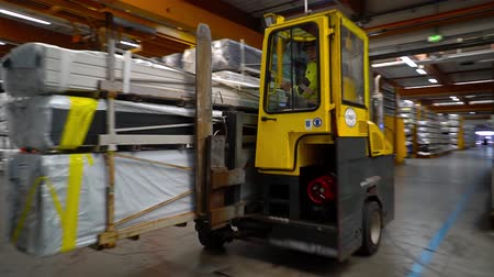paket : Loader carries plastic profiles to the warehouse Stok Video