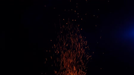 доисторический : sparks from fire fly up at night in the moonlight 100 FPS Slow Motion Стоковые видеозаписи