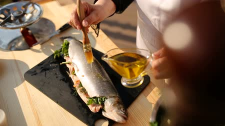 truta : Fresh raw trout with spices on a wooden board. The concept of healthy food and diet. Close-up.