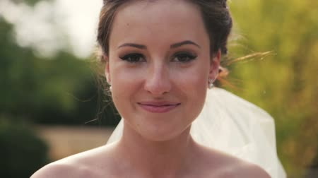 stílus : Gorgeous brunette bride looks into the camera close up