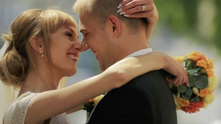 nevěsta : Wedding couple happily laughing close up