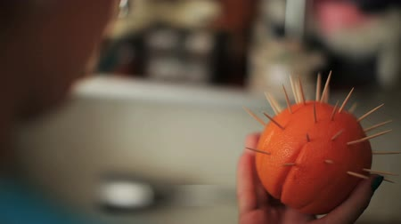 fogpiszkáló : Handmade with fruits at work. Womans hand putting toothpicks on orange