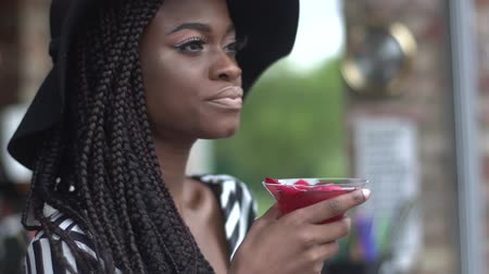 importanza : Splendida donna afro-americana business cocktail al bar e godersi la sua bevanda Filmati Stock