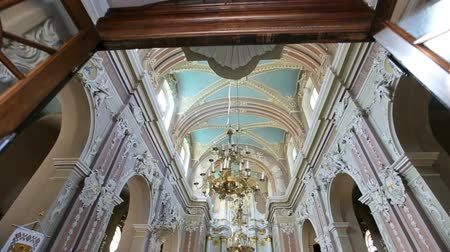 королева : Walk through the magnificent white church decorated with white figures and flowers Стоковые видеозаписи