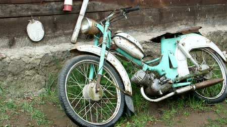 хром : The old motorcycle is covered with rust Стоковые видеозаписи