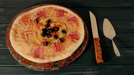 calabresa : Great pizza with tomatoes next to a knife on the table Timelapse