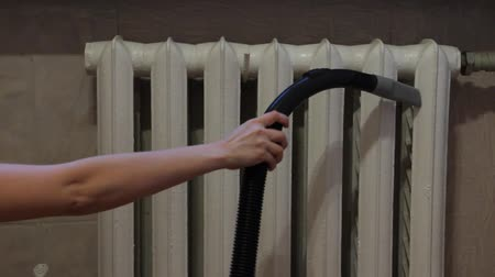посылка : Vacuuming between sections of a radiator. Стоковые видеозаписи