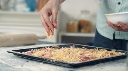 sýr : Chef hand sprinkle pizza with cheese