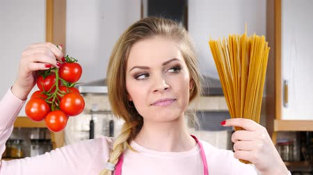 итальянский : Woman holding pasta and tomatoes