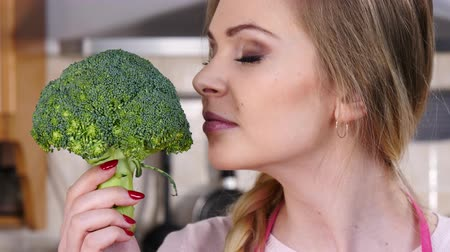 brócolis : Happy woman holding broccoli