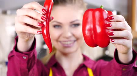 стручковый перец : Woman choosing between chilli and bell pepper