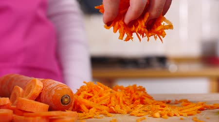 vegetarián : Grated carrot falling from top Dostupné videozáznamy