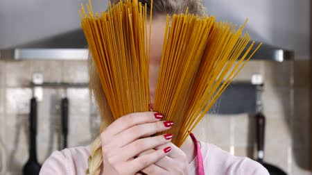 лапша : Young woman holding whole grain long pasta Стоковые видеозаписи