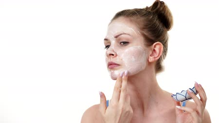 hydratace : Woman applying mask cream on face