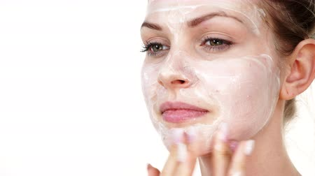 hidratar : Woman applying mask cream on face