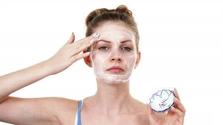 hidratáció : Woman applying mask cream on face