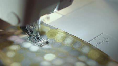 cortinas : The sewing machine works with