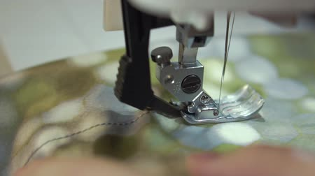 カット : The sewing machine works with