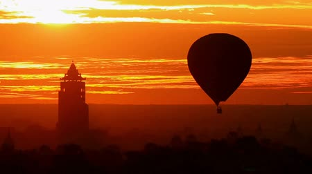 nyaung u : Bagan Nan Myint Tower and hot air balloon at dawn, 360 viewing tower of Bagan, Myanmer Stock Footage