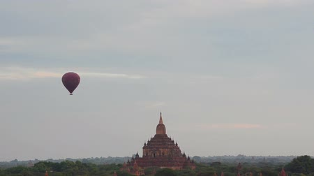 visszaad : Hot air balloon over ancient temple at Bagan at dawn.