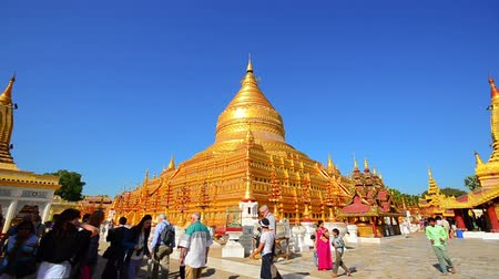 nyaung u : Tourist visiting Shwezigon pagoda in Bagan Stock Footage