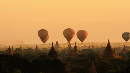 nyaung u : Air balloons over the ancient Buddhist temples