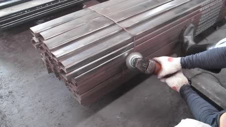 измельчение : Working with Stone grinding machine for clean rust away in Steel warehouse