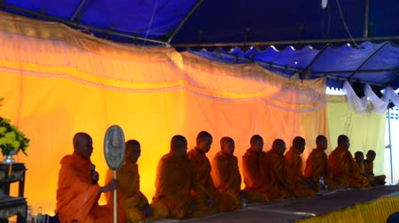 szerzetes : Silhouette of Monk liturgy or pray for funeral at funeral ceremony in Thailand Stock mozgókép