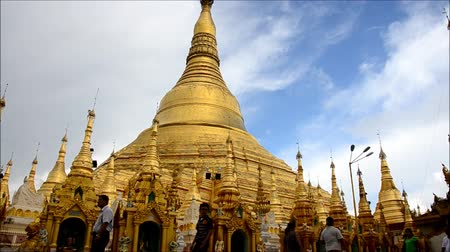 пагода : People travel and walking around of Shwedagon Pagoda in Yangon Myanmar