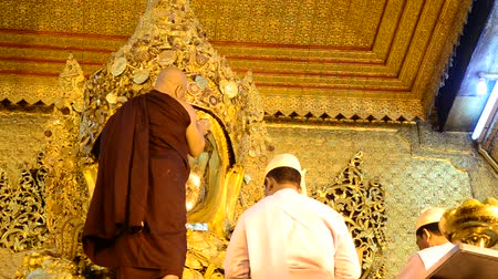 munição : Ritual commences every morning at 4 am  when monks wash the face and brush the teeth of the Buddha image at Maha Myat Muni Paya on May 19. 2015 in Mandalay Myanmar