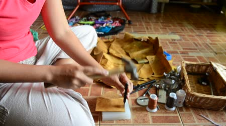 készítő : Thai woman punching hole on leather for made  handmade bag leather Stock mozgókép