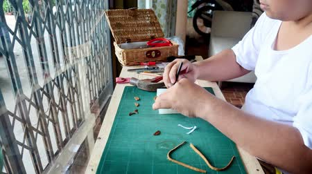 kézzel készített : Thai man making leather keyring product handmade. Stock mozgókép