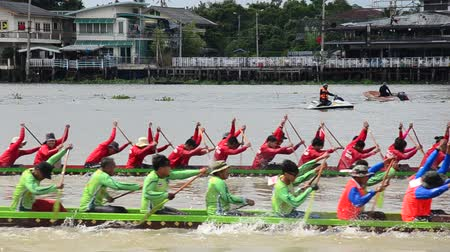 veslování : Thai people join with Long boat Racing at Chaopraya river in Nonthaburi, Thailand