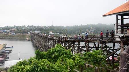 Канчанабури : People travel and walk on Saphan Mon wooden bridge at Sangkhlaburi in Kanchanaburi, Thailand Стоковые видеозаписи