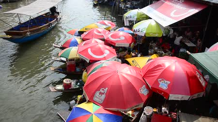 samut : People and boat sell food for traveler at Amphawa Floating Market in Samut Songkhram, Thailand Stock Footage