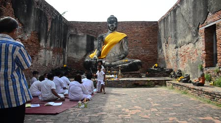tajlandia : Thai people praying with buddha statue at Wat Worachet Tharam temple in Ayutthaya, Thailand.