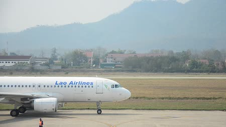 взятие : Aircraft prepare to take off at Louangphrabang airport in Louang Phrabang, Laos