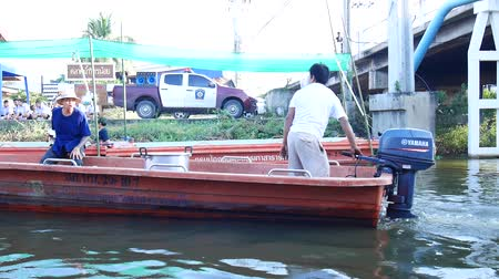 Thai people join and prepare event put food offerings monks in traditional procession by boat in canal at Wat Sai Yai in Nonthaburi, Thailand. Stok Video