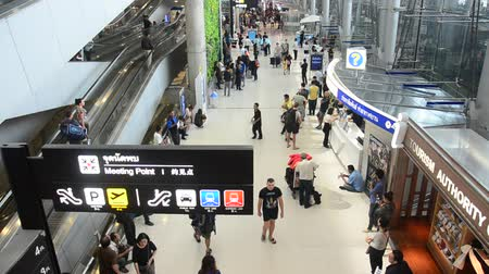 搭乗 : Thai people and foreigner traveller wait flight with passengers arriving and departing at Suvarnabhumi international airport in Bangkok, Thailand