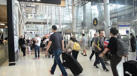 иностранец : Thai people and foreigner traveller wait flight with passengers arriving and departing at Suvarnabhumi international airport in Bangkok, Thailand