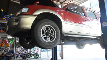 затянуть : Thai mechanic people and professional automotive motor repair and maintenance change oil, Oil Filter and Check availability and prepare of car at local garage shop in Nonthaburi, Thailand