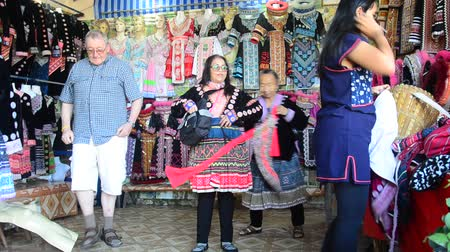 Travelers people change and take off costume traditional of Ethnic Hmong after take photo at Doi Pui Tribal Village in Chiang Mai, Thailand. Stok Video