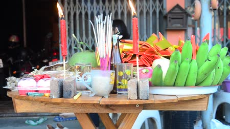 ритуал : Thai people prepare and putting Sacrificial offering food on wooden table for pray to god and memorial to ancestor in Chinese new year day at home in Nonthaburi, Thailand.