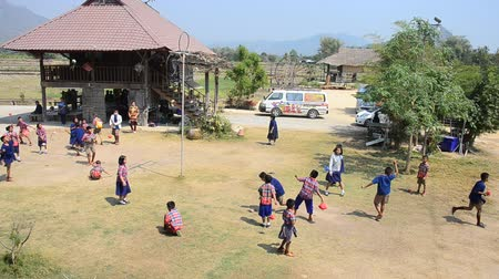 bennszülött : Thai student visit and educational tour at Tai Dam ethnic museum house and playing tradition game of Tai Dum people at Chiang Khan in Loei, Thailand