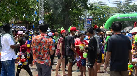 иностранец : Thai people and foreigner travelers playing and splashing water with elephants and people in Songkran Festival at Ayutthaya city on April 14, 2017 in Ayutthaya, Thailand Стоковые видеозаписи