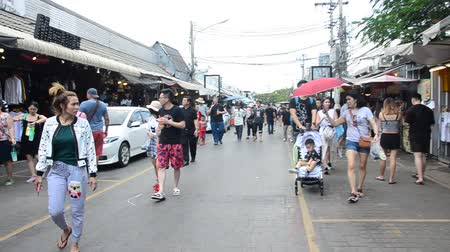 comerciante : Asian thai people and foreigner travelers walking shopping and visit local shop at Chatuchak Weekend Market on April 15, 2017 in Bangkok, Thailand. Vídeos