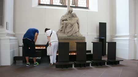 bem aventurança : German people burn candle for remember and praying respect to Blessed Virgin Mary and Jesus Christ statue in Jesuitenkirche in Heidelberg, Germany