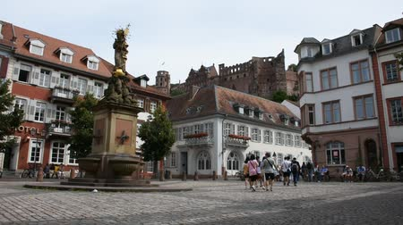 Мэри : German and foreigner travelers people walking and visit madonna statue at the corn market square or madonna vom kornmarkt in Heidelberg, Germany
